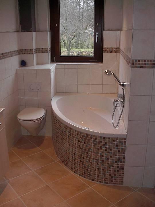 Badezimmer mit Toilette und Badewanne
